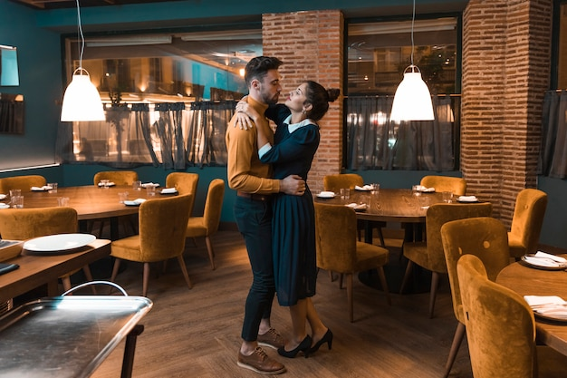 Homem jovem, dançar, com, mulher, em, restaurante