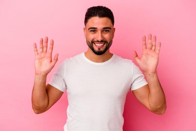 Homem jovem de raça mista isolado em fundo rosa alegre rindo muito. conceito de felicidade.