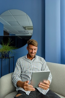 Homem jovem, desfrutando, novas tecnologias