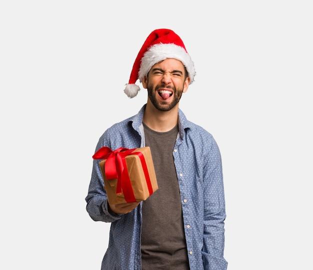 Homem jovem, desgastar, chapéu santa, funnny, e, amigável, mostrando, língua