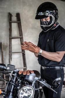 Homem jovem, desgastar, luva, para, montando, motocicleta