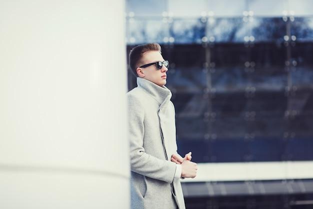Homem jovem, desgastar, outono, roupas