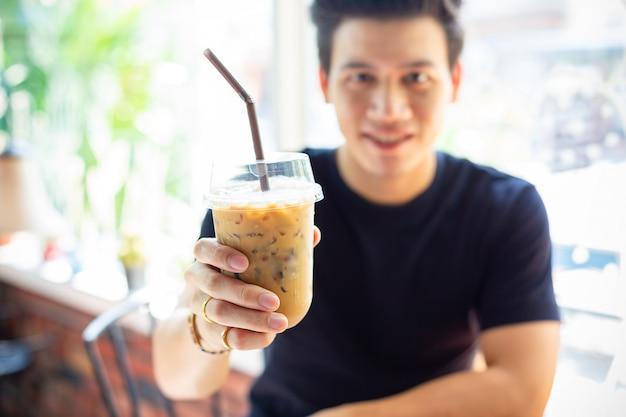 Homem jovem, e, café gelado