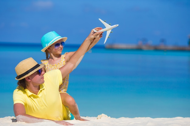 Homem jovem, e, menininha, com, miniatura, de, avião, em, praia