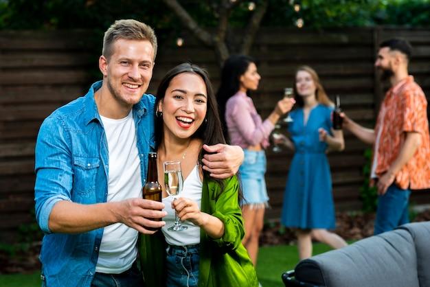Homem jovem, e, mulher, celebrando, amizade