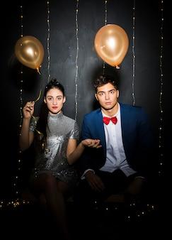 Homem jovem, e, mulher, com, balões, ligado, banco