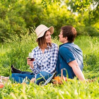 Homem jovem, e, mulher, ligado, piquenique, data