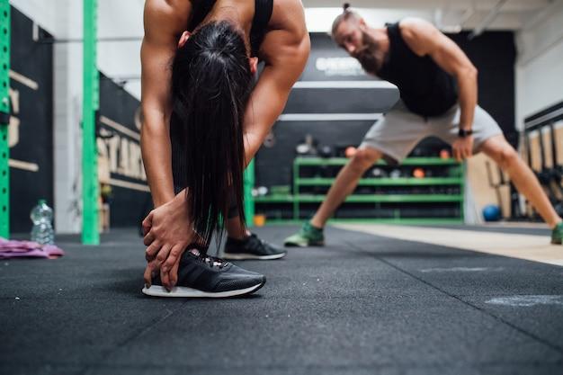 Homem jovem, e, mulher, treinamento, toghether, indoor, ginásio