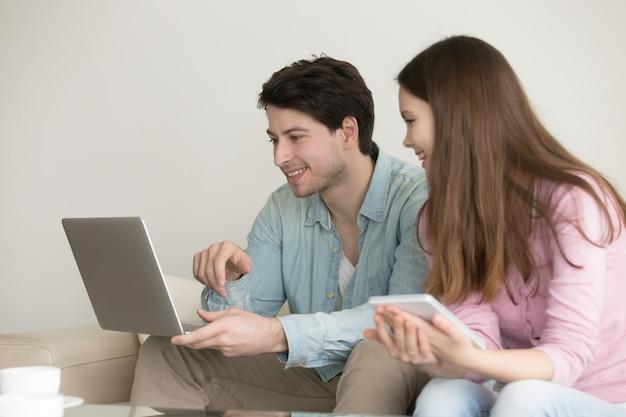 Homem jovem, e, mulher, usando computador portátil