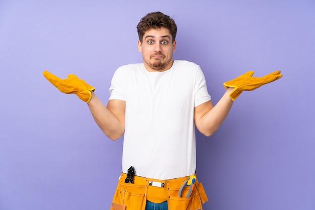 Homem jovem eletricista sobre roxo tendo dúvidas com confundir a expressão do rosto