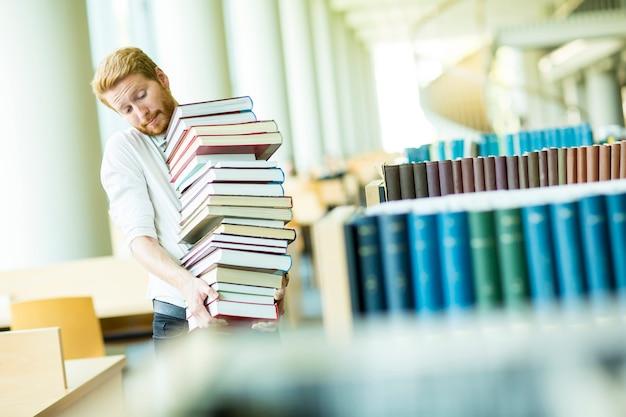 Homem jovem, em, a, biblioteca
