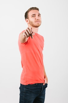 Homem jovem, em, brilhante, t-shirt, cutucar, câmera