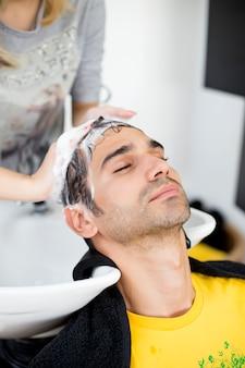 Homem jovem, em, cabeleireira