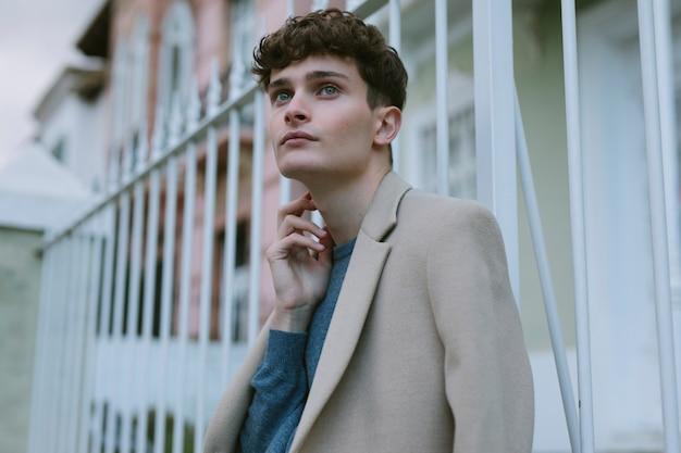 Homem jovem, em, casual, equipamento, pensando