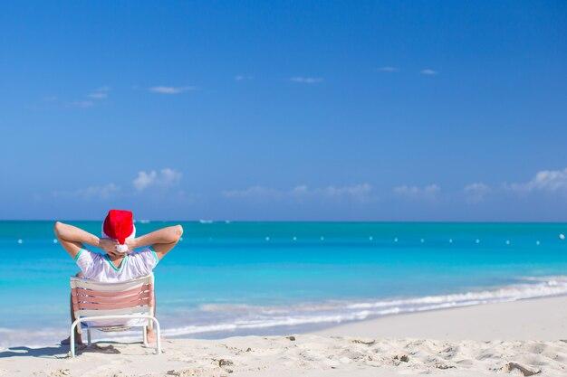 Homem jovem, em, chapéu santa, durante, praia, férias