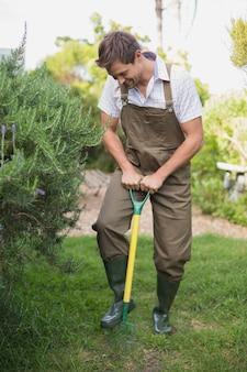 Homem jovem, em, dungarees, ajuntar, a, jardim