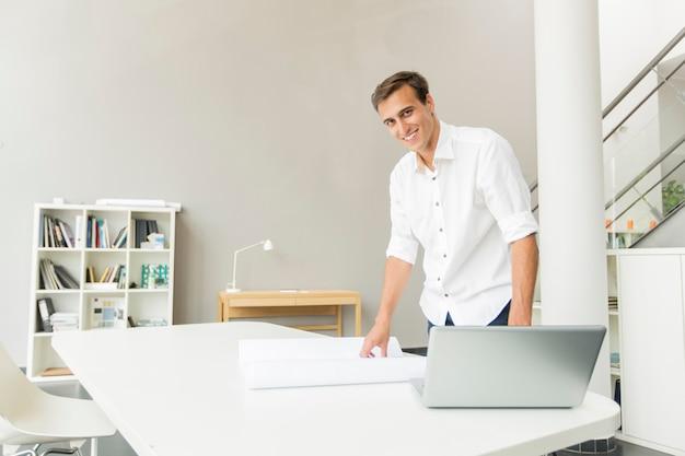 Homem jovem, em, escritório