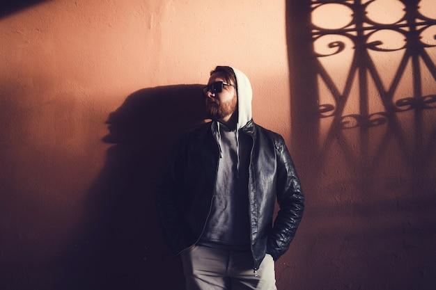 Homem jovem, em, jaqueta couro