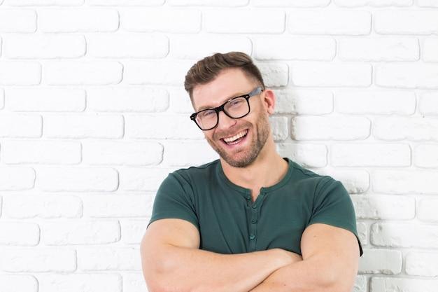 Homem jovem, em, óculos, rir, felizmente