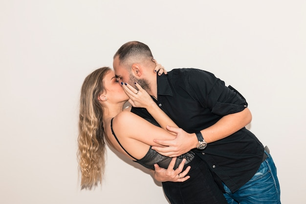 Homem jovem, em, pretas, beijando, mulher
