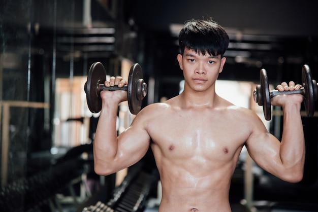 Homem jovem, em, sportswear, um, classe exercício, em, um, ginásio