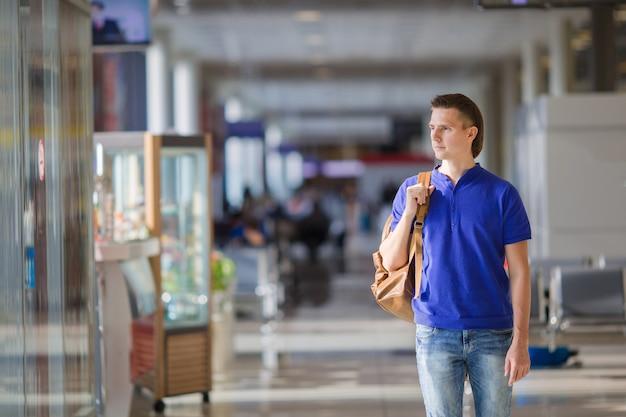 Homem jovem, em, um, aeroporto, indoor