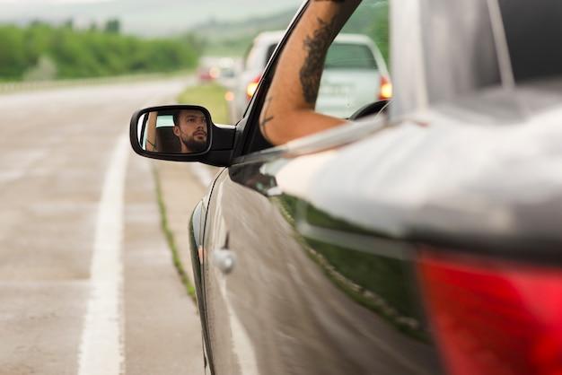 Homem jovem, em, um, viagem estrada
