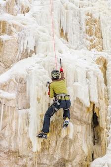 Homem jovem, escalando, a, gelo