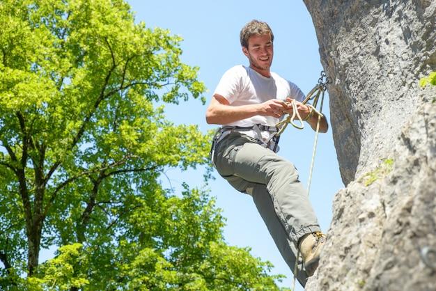 Homem jovem, escalando