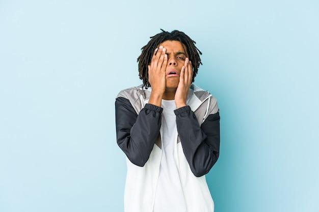 Homem jovem esporte americano africano choramingando e chorando desconsoladamente.