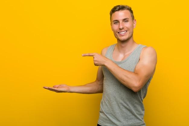 Homem jovem esporte caucasiano animado