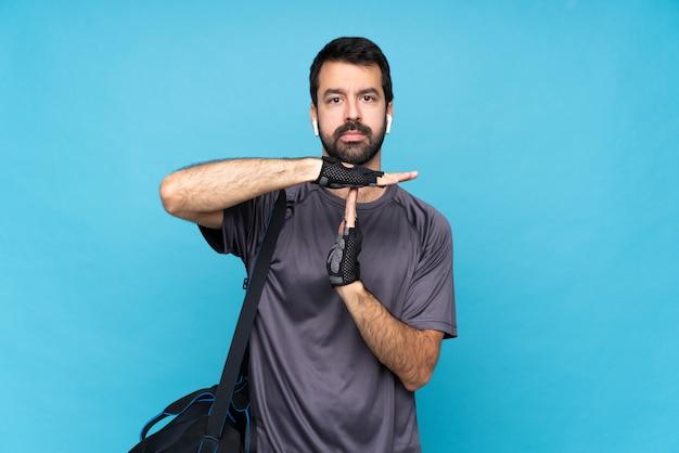 Homem jovem esporte com barba fazendo gesto de intervalo