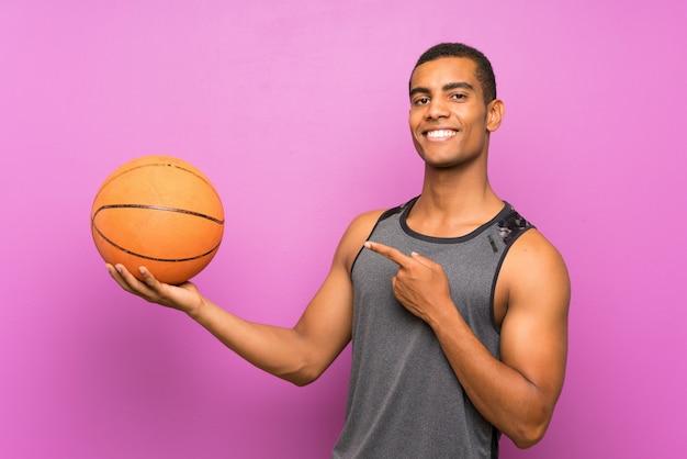 Homem jovem esporte com bola de basquete