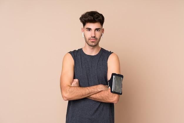 Homem jovem esporte com braços cruzados
