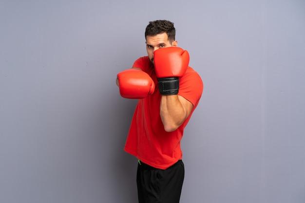 Homem jovem esporte com luvas de boxe