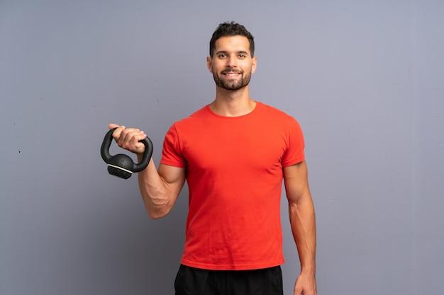 Homem jovem esporte fazendo kettlebell