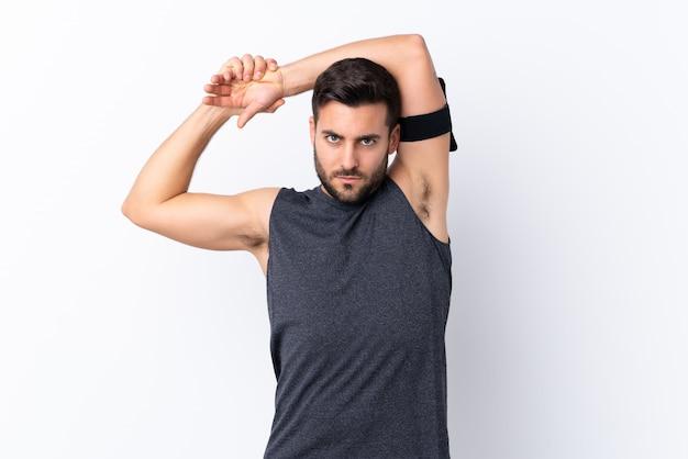 Homem jovem esporte sobre parede isolada