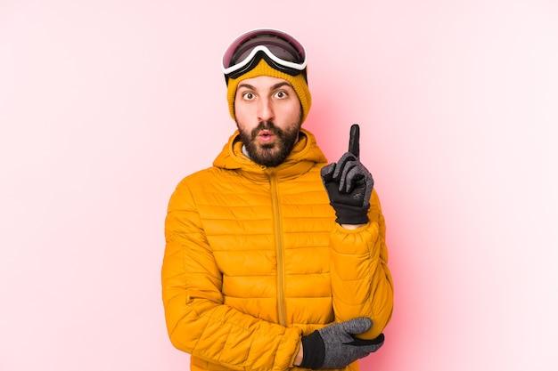 Homem jovem esquiador isolado tendo uma ótima ideia, o conceito de criatividade.