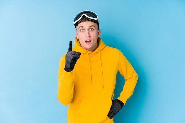Homem jovem esquiador tendo uma ideia