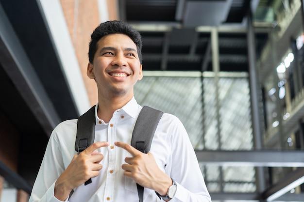 Homem jovem estudante asiática