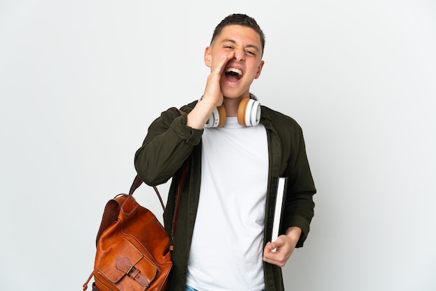 Homem jovem estudante caucasiano isolado no fundo branco gritando com a boca bem aberta