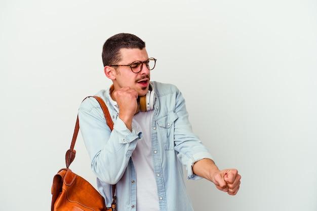 Homem jovem estudante caucasiano ouvindo música isolada no branco, dançando e se divertindo.