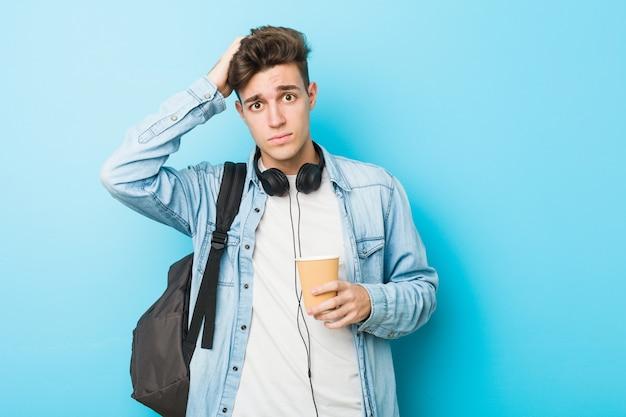 Homem jovem estudante caucasiano, segurando um café levar chocado, ela se lembrou de uma reunião importante.