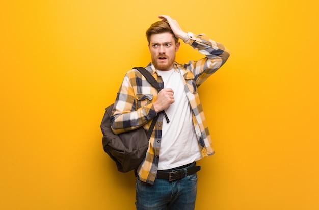 Homem jovem estudante ruiva preocupado e oprimido