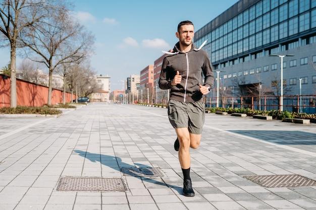 Homem jovem, executando, treinamento ao ar livre, cidade