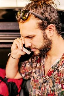 Homem jovem, falando telefone móvel