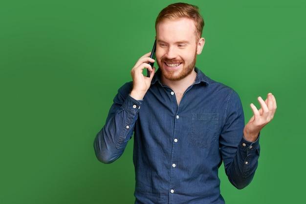 Homem jovem, falando telefone