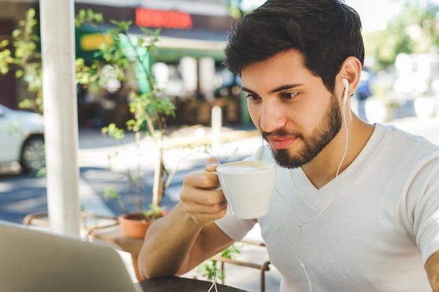 Homem jovem, fazendo exame um, café, partir
