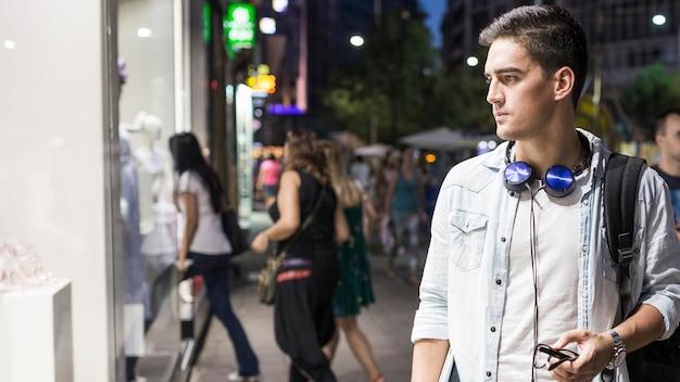 Homem jovem, fazendo, janela, shopping