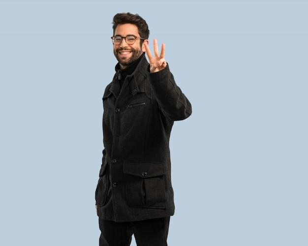 Homem jovem, fazendo, numer, três, gesto